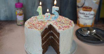 gâteau d'anniversaire à étage chocolat noix de coco