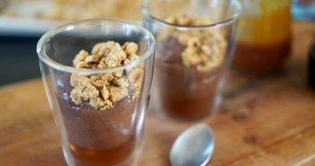 Verrines Mousse chocolat sauce caramel et crumble noisette