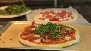 recette de pizza italienne maison facile en vid o. Black Bedroom Furniture Sets. Home Design Ideas